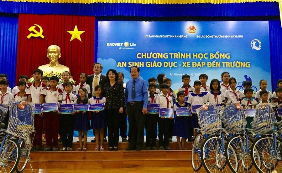 bao-viet-nhan-tho-trao-xe-dap-hoc-bong-an-giang-20171214-15123129