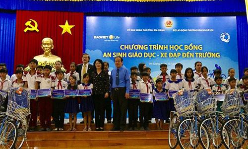"""Phó Chủ tịch Nước trao học bổng """"An sinh Giáo dục - Xe đạp đến trường"""" cho trẻ em hiếu học tại An Giang"""