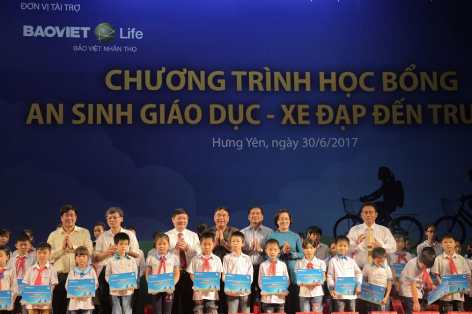 Cac Lanh Dao UBND, So LDTBXH Tinh Hung Yen Quy bao tro tre em Viet Nam va Bao Viet Nhan tho trao hoc bong tien mat cho cac-20170630-13062794