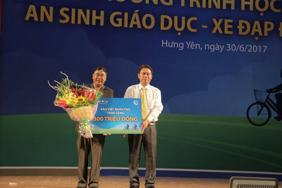 Giam doc Bao Viet Nhan tho Hung Yen trao tang tai tro cho Giam doc So LDTBXH Hung Yen_RS-20170630-13064853