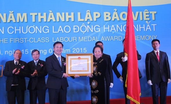 ba-nguyen-thi-doan-pho-chu-tich-nuoc-trao-huan-chuong-lao-dong-hang-nhat-cho-bao-viet-20150116-17011322