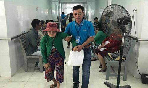 Chương trình Chung tay vì cộng đồng - 550 người dân nghèo tại tỉnh Bình Thuận được khám bệnh miễn phí và tặng quà