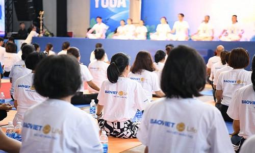 Gần 1000 người dân TP Hồ Chí Minh khởi động ngày mới với Yoga