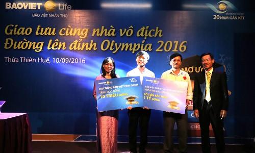 Quán quân Đường lên đỉnh Olympia 2016 nhận học bổng Bảo Việt Vinh danh
