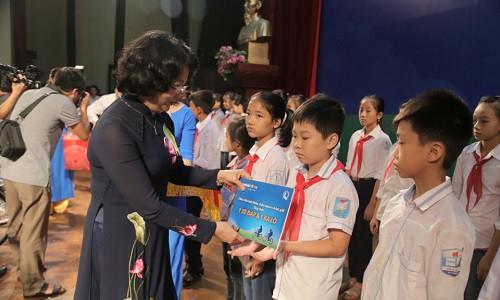 """Phó Chủ tịch Nước trao tặng học bổng """"An sinh giáo dục - xe đạp đến trường"""" cho trẻ em hiếu học tại Hưng Yên"""