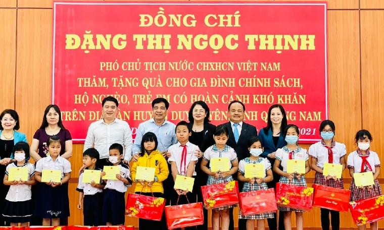 Phó Chủ Tịch nước cùng Bảo Việt Nhân thọ trao quà cho các em học sinh nghèo vượt khó tỉnh Quảng Nam